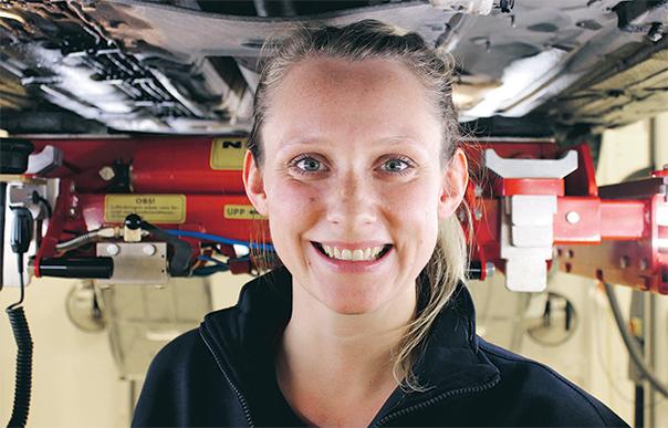 Hon är en av allt fler kvinnor som besiktar din bil